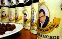 Шампанское на выставке шоколадных бюстов российских олигархов «Сладенькие наши» (Фото: Савинцев Федор/ТАСС)